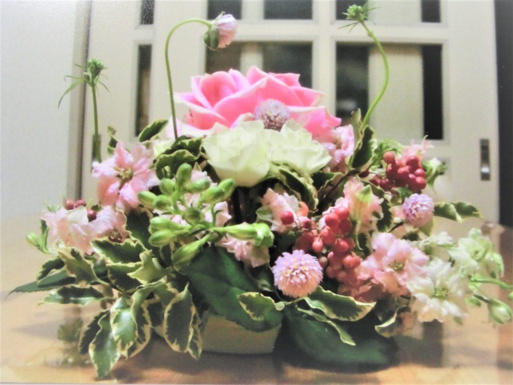 生花 ピンクのバラと小花のアレンジ