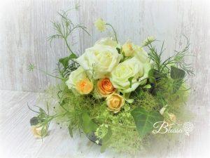 コンポジション 生花・アレンジ バラとスカビオサ・スモークツリー